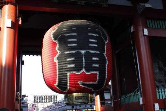The famous giant lantern of Kaminarimon